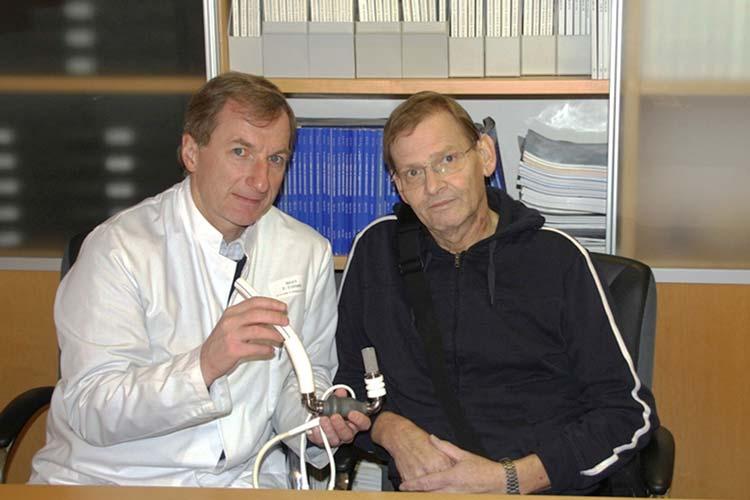 Dr. Harald Eichstaedt mit der Heartmate II-Pumpe, die dem Patienten Günter Z. als ersten Patienten minimal-intensiv eingesetzt wurde.