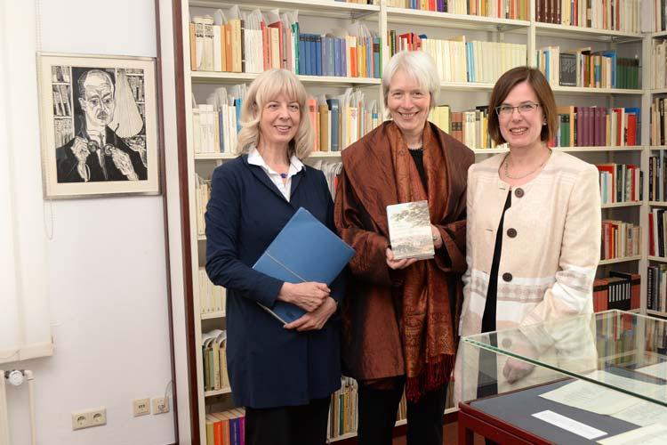 Das Paul Raabe Archiv wurde in einem eigenen Raum in der Landesbibliothek Oldenburg eingerichtet. An der feierlichen Einweihung nahmen Andrea Hoops, Katharina Raabe und Corinna Roeder teil.