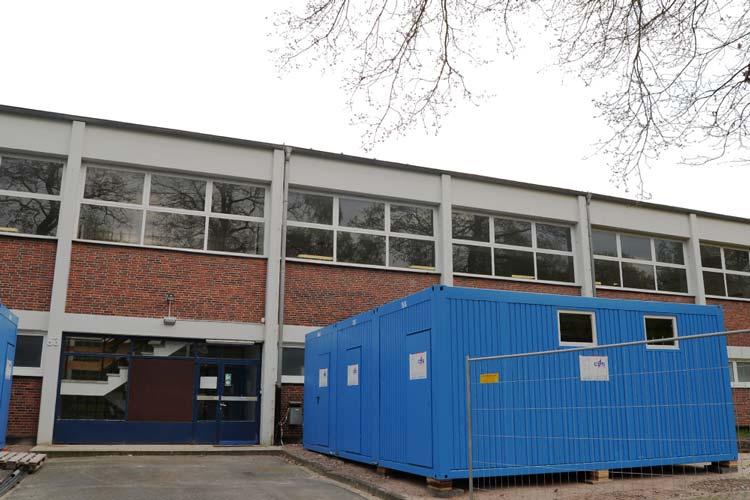 Die Sporthalle auf dem Gelände des ehemaligen Fliegerhorstes wird zur Flüchtlingsnotunterkunft.