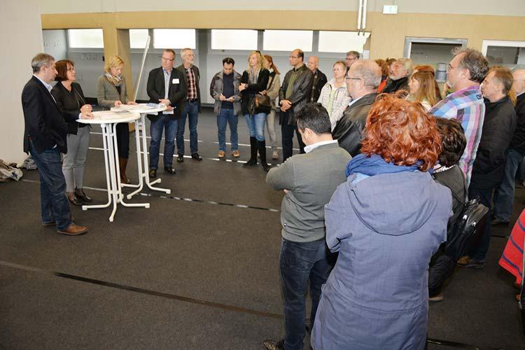 Zur Besichtigung der Notunterkunft für Flüchtlinge in der Sporthalle auf dem ehemaligen Fliegerhorst in Oldenburg kamen gestern rund 50 Bürger und Ratsmitglieder.