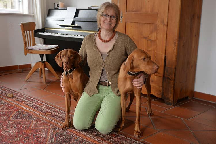Susanne Stöbe-Thoene mit ihren Schimmelspürhunden Janosch und Flemming.