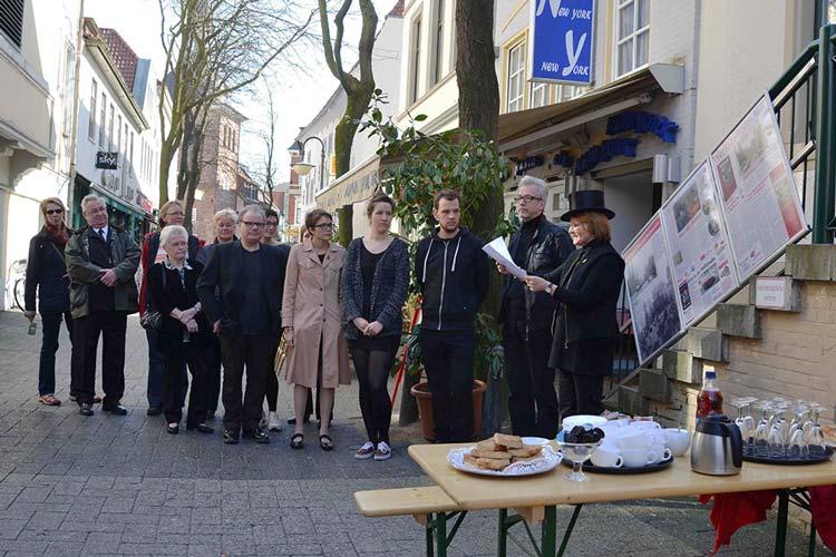Mit einer Trauerfeier verabschiedeten sich die Werkstattfilm Vereinsmitglieder von den Werbetafeln in der Oldenburger Wallstraße.