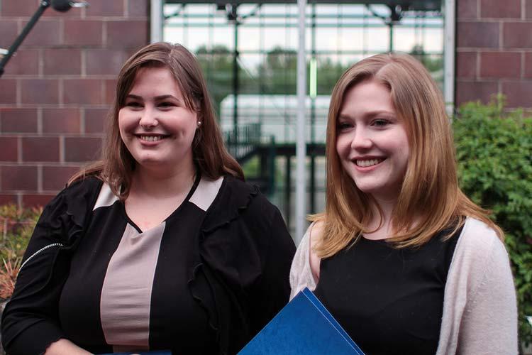 Die Preisträgerinnen des ZARM-Förderpreises: Esther Drolshagen und Theresa Ott.