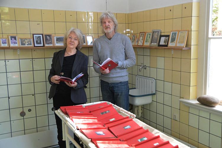 Elke Harms-Kranich und Ingo Harms im ehemaligen Sezierraum der Alten Pathologie auf dem Gelände der Karl-Jaspers-Klinik Oldenburg.