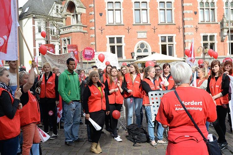 Seit Freitag streiken Sozialpädagoginnen und Erzieherinnen bundesweit für mehr Anerkennung und mehr Geld. Heute demonstrierten rund 550 Streikende in Oldenburg.