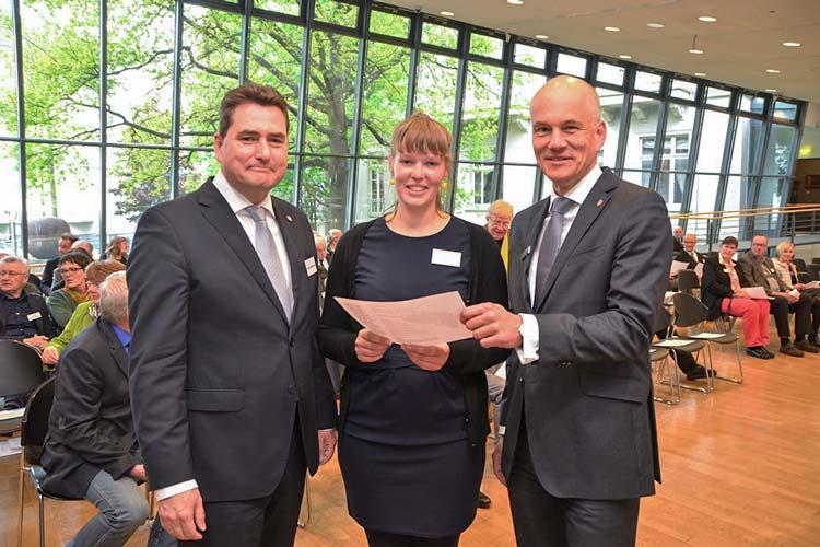 Die Vorstandsmitglieder Jürgen Müllender und Dr. Ulrich Knemeyer überreichten den Förderpreis an Geeske Janßen.