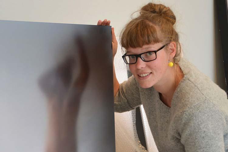 Geeske Janßen bereitet ihre Ausstellung im Stadtmuseum Oldenburg vor, wo sie am kommenden Montag den Förderpreis der Kulturstiftung der Öffentlichen Versicherungen entgegennimmt.