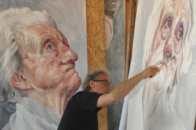 Der niederländische Maler Herman van Hoogdalem bei der Arbeit eines seiner in Oldenburg gezeigten Werke, die in der Ausstellung Gesichter der Demenz zu sehen sind.