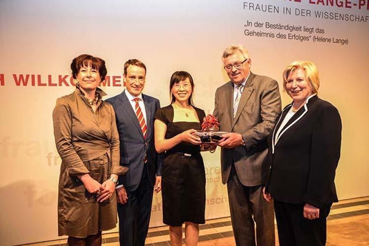 Dr. Werner Brinker, Vorstandsvorsitzender der EWE, überreichte den Helene-Lange-Preis in Gegenwart von Dr. Stefanie Abke, Geschäftsführerin der EWE-Stiftung, Bernd Siebenhüner und Cornelia Rundt an Xiaoxiang Zhu.