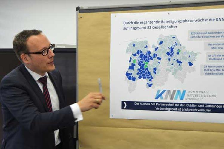 Timo Poppe zeigt auf der Landkarte die blauen Flecken, bei denen es sich um jene Kommunen handelt, die sich für eine Beteiligung an EWE Netz entschieden haben.