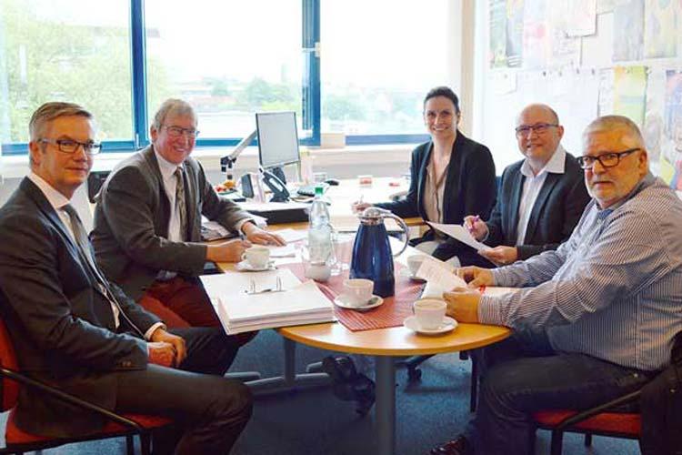 Das City-Management Oldenburg (CMO) und der Dachverband Oldenburger Werbegemeinschaften (DOLW) haben eine engere Zusammenarbeit bei aktuellen Stadtentwicklungsthemen beschlossen. Zukünftig sollen die Belange der Handels- und Dienstleistungsbetriebe gemeinsam effektiver bearbeitet werden.