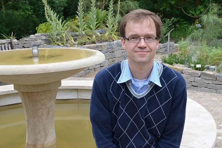 Prof. Dr. Dirk Albach im Botanischen Garten Oldenburg.