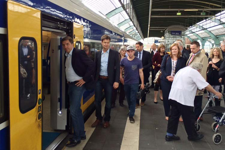 Gestern wurde der Haltepunkt Wechloy geöffnet. Verkehrs- und Wirtschaftsminister Olaf Lies und Oberbürgermeister Jürgen Krogmann fuhren mit der Bahn zum Termin.