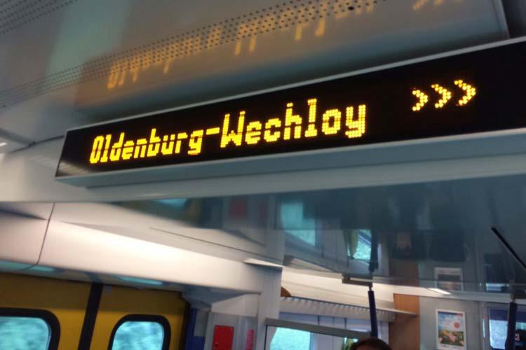 Trotz mancher Fehlanzeigen: Die Bahn hält am neuen Haltepunkt Wechloy.