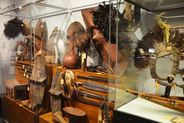 Vom Fliegenwedel über Kopfschmuck bis hin zu Dolchen und Speeren – so waren die Ausstellungsvitrinen um 1900 bestückt und vermittelten einen Furcht erregenden Eindruck.