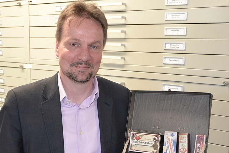 Auch diese Luftschutz-Apotheke in Form eines Koffers, die Andreas von Seggern vorstellt und die während des Krieges für jeden Haushalt Pflicht war, gehört zu den 100 Objekten, die in der Online-Ausstellung des Oldenburger Stadtmuseums zu sehen sind.