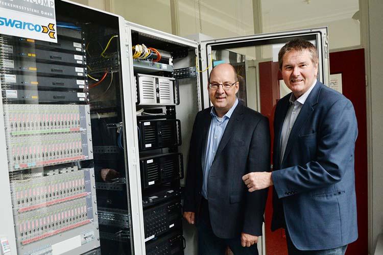 Der Computer in der Verkehrszentrale schaltet und waltet weitgehend automatisch. Fachdienstleiter Michael Becker und Verkehrsamtsleiter Bernd Müller stellen den neuen Rechner vor.
