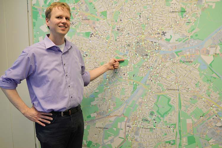 Zehn verschiedene Störungen werden über die Lämpchen an der Karte angezeigt. Verkehrsingenieur Stefan Brandt freut sich über jedes grüne Licht, denn Rot bedeutet, dass eine Ampel ausgefallen ist. Dass im Bereich der Erfassungsschleifen etwas nicht stimmt, kann er an den zwei lilafarbenen Lampen erkennen.