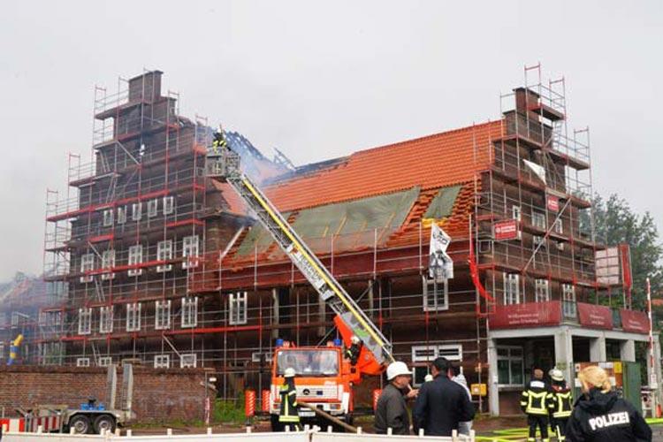 Auf dem Gelände der ehemaligen Donnerschwee-Kaserne in Oldenburg brannte heute Morgen der rund 80 Meter lange Dachstuhl eines Hauses.
