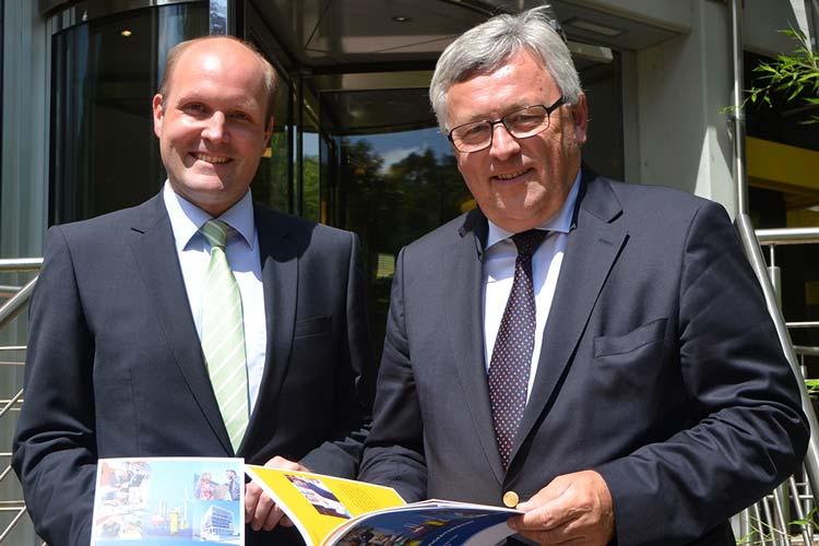 Dr. Friedrich Wilhelm Janssen und Dr. Werner Brinker stellten heute den ersten EWE Nachhaltigkeitsbericht vor.