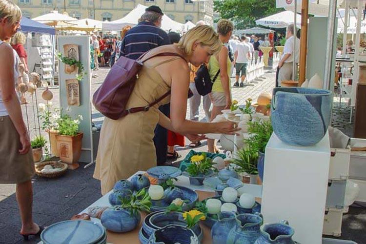 118 nationale und internationale Keramikkünstler stellen am Wochenende bei den Internationalen Keramiktagen auf dem Oldenburger Schlossplatz ihre Kunst aus.