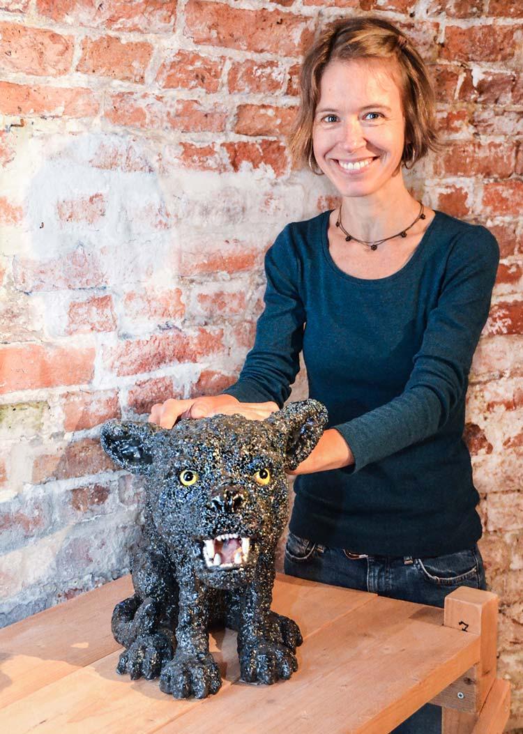 Kirsten Brünjes mit ihrem dick glasierten Hund im Oldenburger Pulverturm.