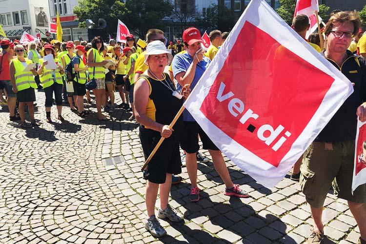 500 Beschäftigte der Post aus Oldenburg und dem Umland demonstrierten heute in der Innenstadt.
