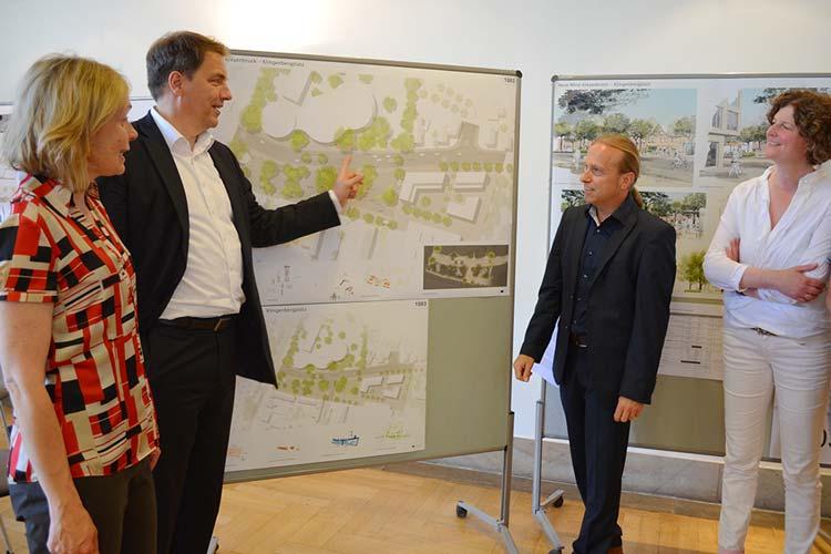 Stadtbaurätin Gabriele Nießen, Oberbürgermeister Jürgen Krogmann und die Landschaftsarchitekten Oliver Kilian und Christine Frenz-Roemer bei der Präsentation des Plans.