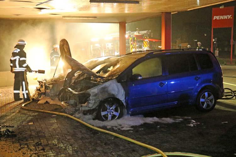Die Polizei ist auf der Suche nach dem Auto-Brandstifter und bittet die Bevölkerung um Mithilfe.