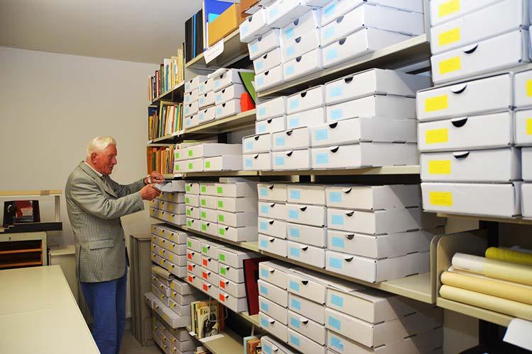 Seit 1990 hat der heute 89-jährige Herwig Witte 14 Nachlässe in der Landesbibliothek Oldenburg am Pferdemarkt, darunter den von Hein Bredendiek, Oswald Andrae oder Paul Raabe, ehrenamtlich aufgearbeitet.