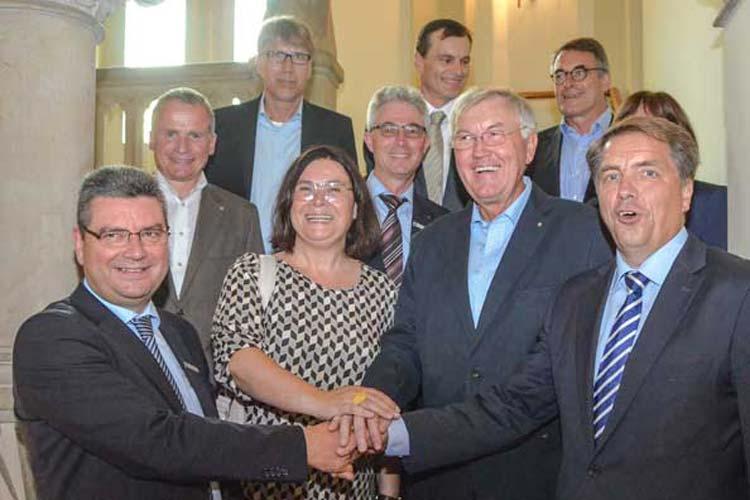 Jörg Bensberg, Gerlinde Röben, Werner zu Jeddeloh und Jürgen Krogmann mit zahlreichen Unterstützern stellten im Oldenburger Rathaus die Vereinsidee von pro:connect vor.