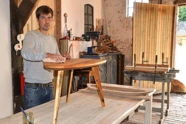 Der Oldenburger Sascha Akkermann war der jüngste Tischlermeister Niederbayerns. Allerdings eher unfreiwillig. Heute kreiert er Möbel auf seinem Hof in Wüsting.