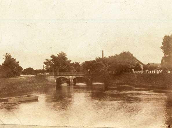 Die alte Steinbrücke um 1896.