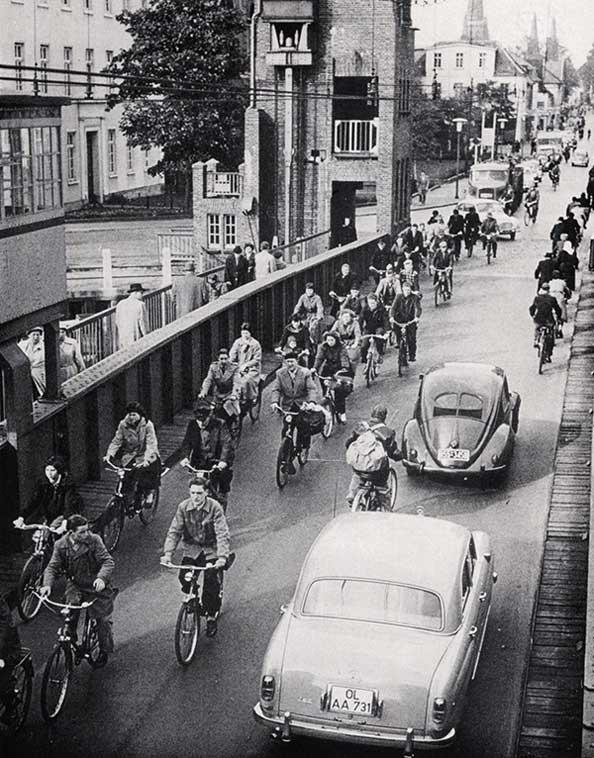 Der Verkehr auf der Cäcilienbrücke um 1950.