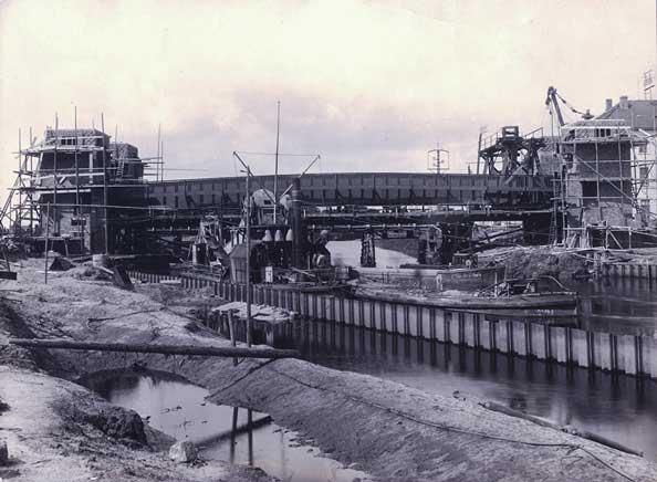 1927: Die Cäcilienbrücke im Bau.