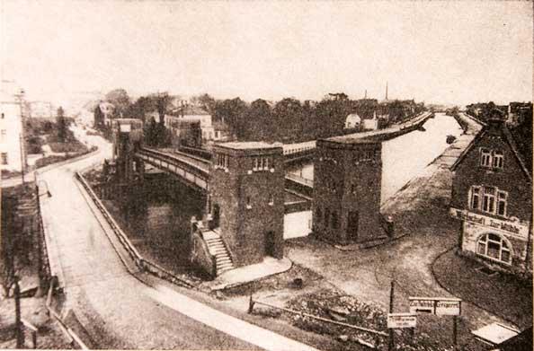 1927: Die Hubbrücke vor der Inbetriebnahme mit der Notbrücke.