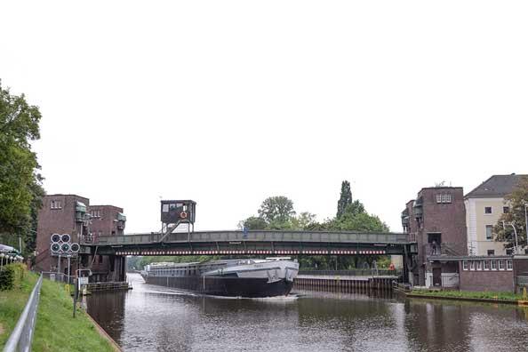Die Cäcilienbrücke wird vom Wasser- und Schifffahrtsamt (WSA) Bremen betrieben und unterhalten.