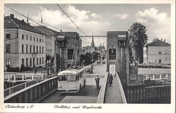 Ein Trollibus überquert die Cäcilienbrücke, zirka 1940.