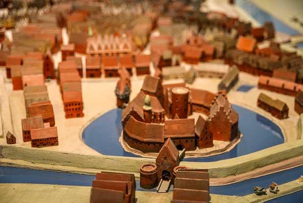Topografisches Modell im Stadtmuseum um 1550. Im Süden betrat man Oldenburg durch das Damm-Tor und die Grafenburg.