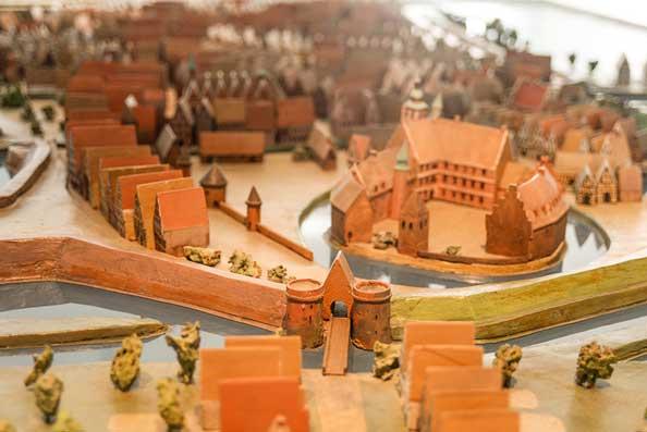 Topografisches Modells im Stadtmuseum um 1650. Vor der Stadt standen die Häuser der Leute am Damm.