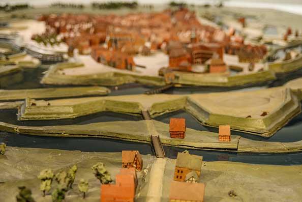 Topografisches Modell im Stadtmuseum um 1750. Oldenburg wurde zur Königsfestung ausgebaut. Dazu mussten künstliche Wasserzüge und riesige Erdmassen verlegt und bewegt werden.