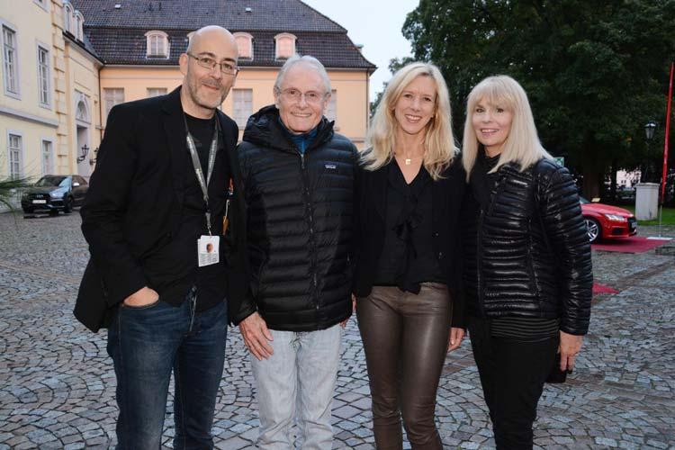 Festivalleiter Torsten Neumann, Filmemacher George Armitage, Audizentrum-Geschäftsführerin Christine Nickel und Shannon Armimage beim Audi Empfang vor dem Oldenburger Schloss.