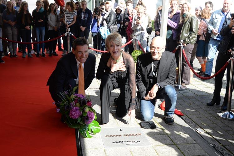 ie amerikanische Schauspielerin Joanna Cassidy bekam gestern ihren Stern auf der Oldenburger Star-Promenade und hat ihn gemeinsam mit Hilger Koenig, Vorstandsmitglied der OLB, und Festivalleiter Torsten Neumann im festlichen Rahmen eingeweiht.