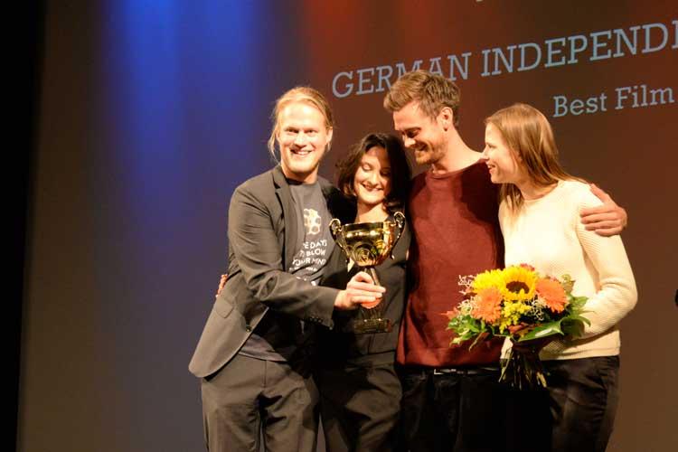 Die anwesenden Crew-Mitglieder der Produktion Im Sommer wohnt er unten hatten bei der Verleihung des German Independence Awards im Oldenburgischen Staatstheater doppelten Grund zur Freude.