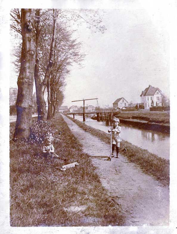 Um 1910: Kanalstraße mit der Vorgängerbrücke der Amalienbrücke.
