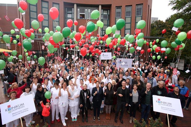 Vor dem Klinikum Oldenburg ließen die Mitarbeiter 300 Luftballons aufsteigen. Zuvor protestierten sie lautstark mit So-nicht-Rufen gegen den derzeit vorliegenden Entwurf der Reform. Fotos der Aktion wurden aus ganz Deutschland nach Berlin geschickt und dort auf einer Großbildleinwand gezeigt.