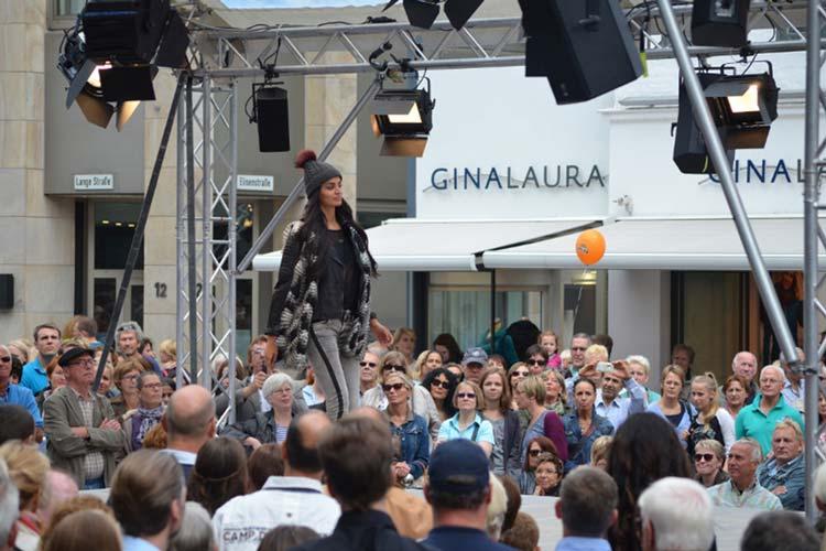 Zum Modeherbst am 12. September präsentiert sich die Oldenburger Innenstadt ab 10 Uhr mit einem bunten Programm. Modenschauen und Live-Musik finden passend zur langen Einkaufsnacht bis 22 Uhr statt.
