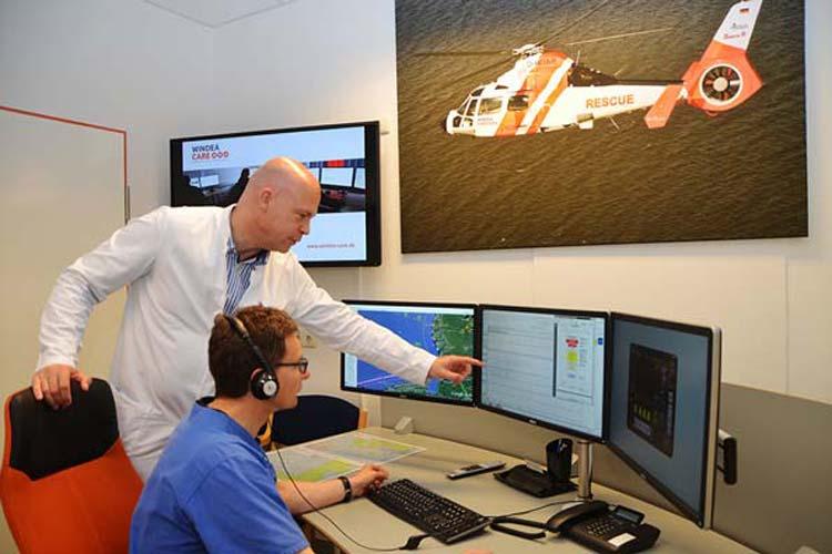 Claus Lüers und Rüdiger Franz im Telemedizin-Zentrum im Klinikum Oldenburg, wo sie mehrere Monitore haben, auf denen die verschiedenen Untersuchungsergebnisse zu sehen sind.