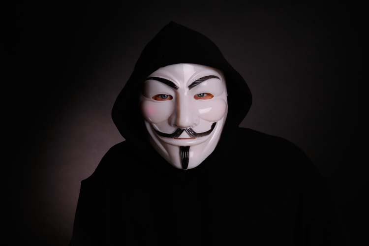 Mit einer Anonymous-Maske verkleidet, hat ein bisher unbekannter Täter einen Bewohner eines Oldenburger Studentenwohnheims überfallen.