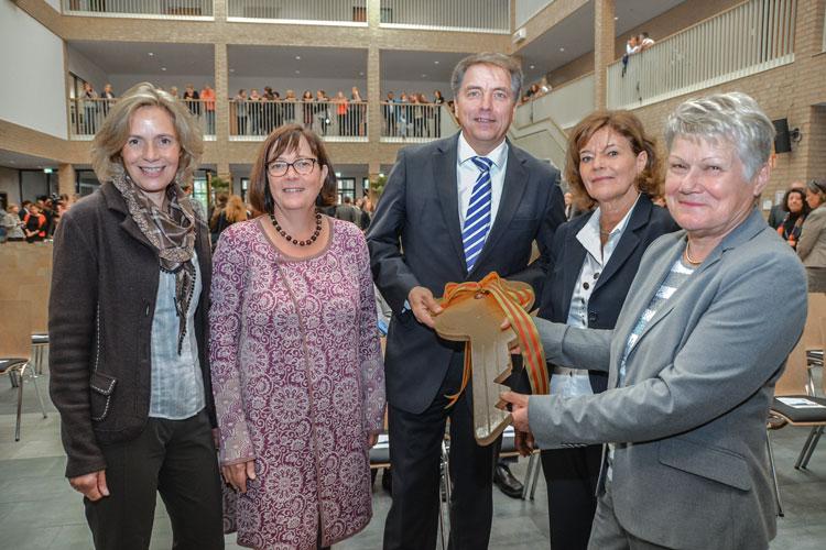 Pünktlich zum neuen Schuljahr ist der Neubau der Berufsbildenden Schulen 3 (BBS) an der Maastricher Straße in Oldenburg nach eineinhalb Jahren Bauzeit fertig geworden. Heute fand die offizielle Schlüsselübergabe statt.